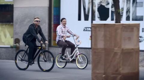 U2 ospiti da Jimmy Fallon, Bono si schianta in bici… ancora! [video]
