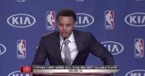 Le lacrime di Stephen Curry, MVP NBA 2014-2015, mentre ringrazia suo padre [VIDEO]