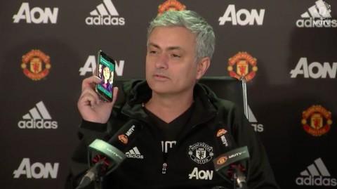 Josè Mourinho risponde al telefono di un giornalista durante una conferenza