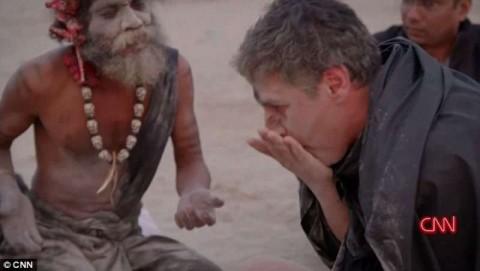 Mangia cervello umano con un santone, che poi si arrabbia…[VIDEO]